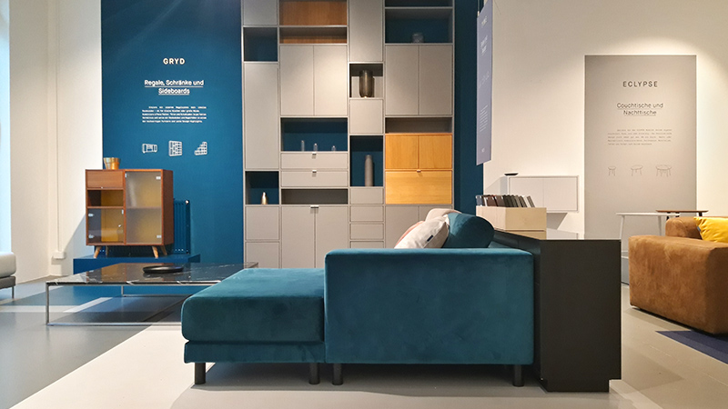 MYCS showroom Dusseldorf petrol velvet sofa infront of grey shelf