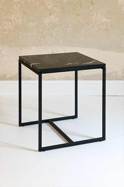 side table SYDE by MYCS with black legs and black marble tabletop