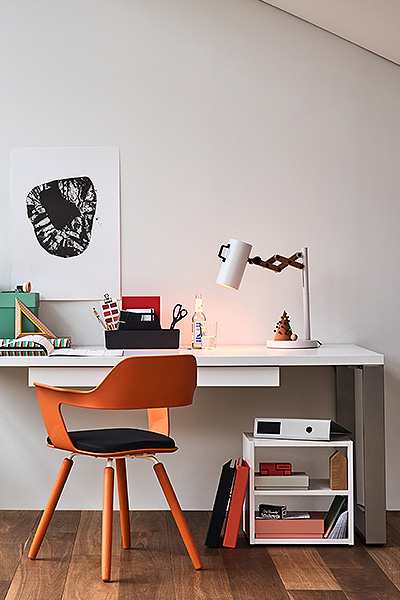 Desk in white with two drawers and steel legs