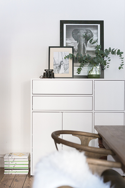 Dresser in white with two drawers, three big and one small door